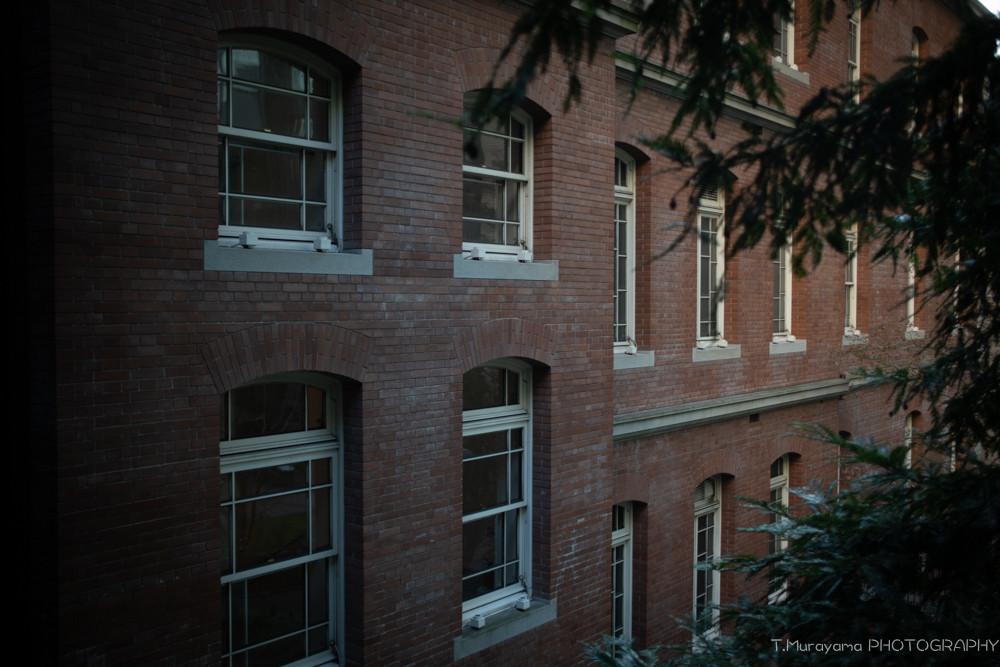 白い窓の木枠が美しい三菱一号館美術館