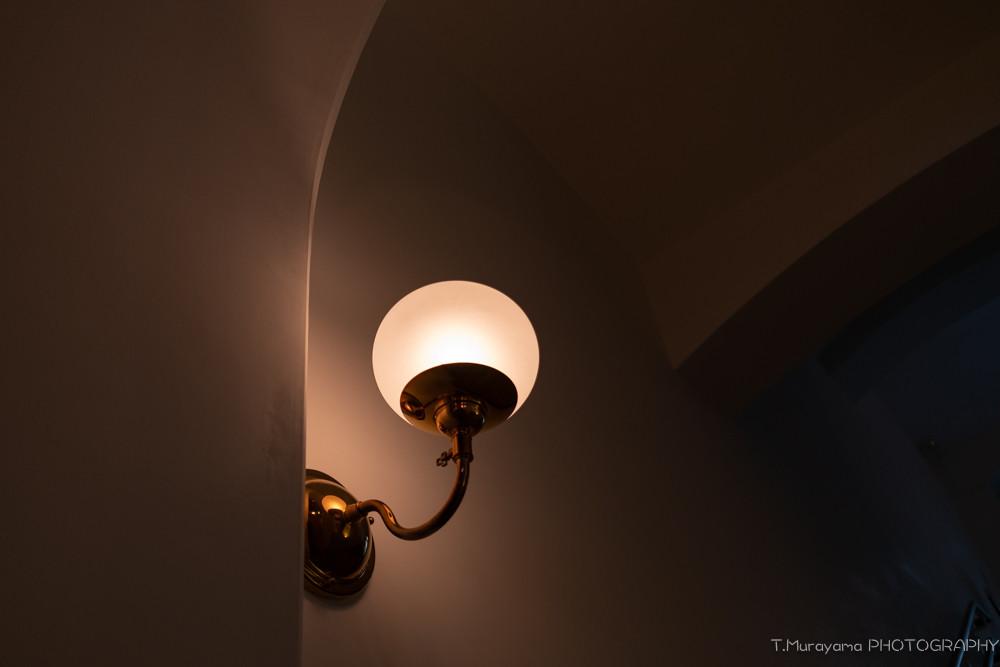 丸みを帯びた白い壁を優しく照らすダウンライト