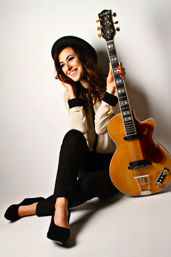 Zoe Acoustic guitarist singer Manche
