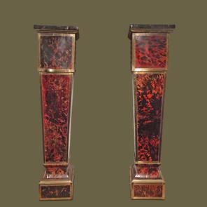 Pareja de peanas modelo estípide enteramente forradas de carey rojo y rematadas con listones de cobre.