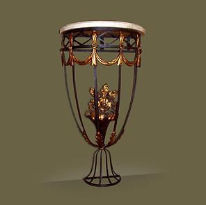 Pequeña consola en hierro con motivos florales y tapa de mármol.