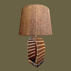 Gran lámpara de mesa con base tubular de metacrilato transparente y bambú.