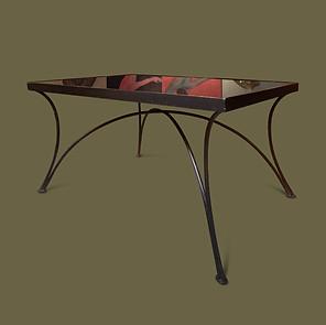 Mesa de café rectangular con estructura en hierro forjado pintado de negro y tapa de opalina negra.
