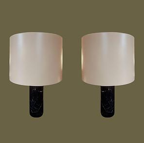 Pareja de lámparas de mesa de mármol negro  y pantallas de charol color crema.  Florence Knoll.
