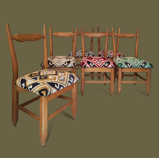 """Juego de seis sillas modelo """"Charles"""", madera de roble con asientos tapizados de terciopelo. Guillerme & Chambron."""