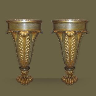 Pareja de consolas en roble tallado y policromadas en verde y oro. Grandes pies en forma de garra de león y tapas de mármol