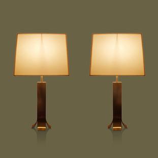 Pareja de lámparas de mesa en bronce cepillado con pantallas blancas Lino Sabattini