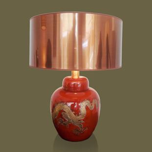 Lámpara de mesa con base de cerámica esmaltada de rojo  con gran dragón chino dorado.  Bitossi.