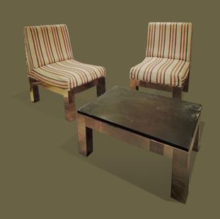 "Pequeño salón de la serie ""Cityscape"" compuesto de dos descalzadoras de latón tapizadas con tela de rayas y una mesa rectangular de latón con tapa de pizarra. Paul Evans."