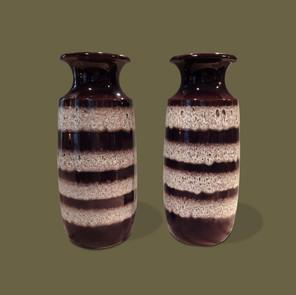 Pareja de jarrones esmaltados en marrón oscuro con bandas blancas horizontales.
