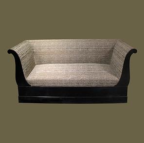 Sofá estilo Restauración en madera ebonizada.