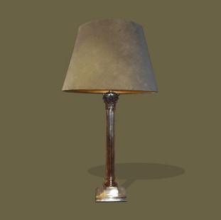Gran lámpara plateada en forma de columna corintia.