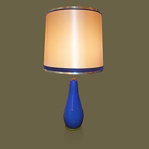 Lámpara de mesa en forma de pera en cristal azúl, cobre y pantalla de seda con rayas en terciopelo. Barovier.