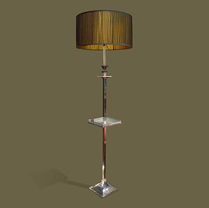 Gran lámpara de pie con pequeña bandeja en metal plateado y pantalla de seda verde.