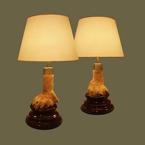 Pareja de lámparas con garras de leones sobre bases en madera de caoba. Atribuidas a Rowland Ward.