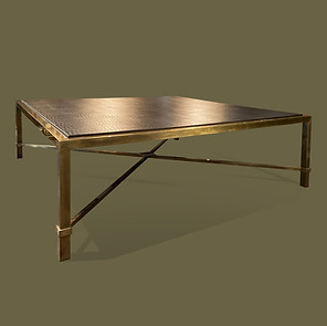 Gran mesa de café con estructura de latón patinado y tapa forrada de cuero negro imitando cocodrilo.