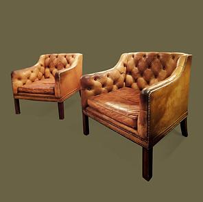 Pareja de butacas de estilo George III de madera de caoba y cuero capitoné color natural rematado con tachuelas.