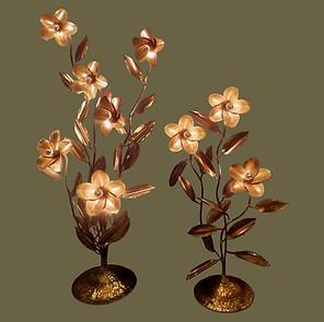 Pareja de grandes lámparas de pie de bronce y latón  en forma de plantas con flores.  Henri  Fernandez.