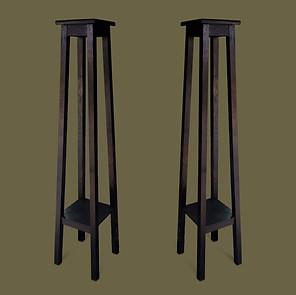 Pareja de altas peanas de madera de roble ebonizado.