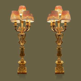 Pareja de grandes lámparas candelabros de cinco velas figurando victorias aladas en bronce dorado tallado. En el gusto de Pierre-Philippe Thomire.