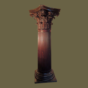 Monumental columna con capitel Corintio en roble macizo y pequeña trampilla secreta en su cumbrera.