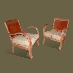 Pareja de butacas en maderas de caoba y teka,  con asientos tapizados en tela de yute.