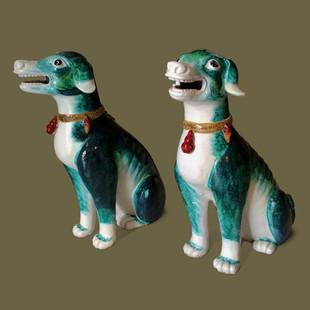 Pareja de perros con collares siguiendo modelo chino periodo Qianlong,  de cerámica verde esmaltada.
