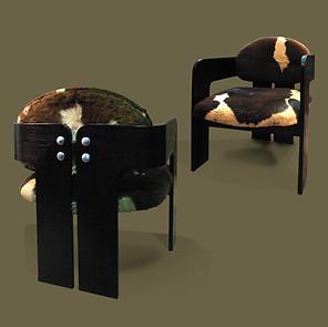 Pareja de butacas en madera de roble,  con asientos en piel de potro. Tobia Scarpa.