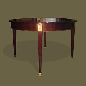 Mesa de comedor estilo Luis XVI en madera de caoba y cobre con dos tableros supletorios.