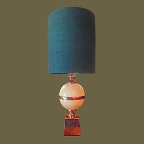Lámpara de acero con gran bola de metal esmaltado color marfil. Maison Barbier