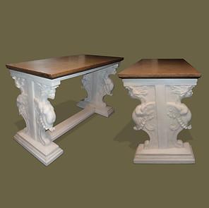 Pareja de consolas en madera y estuco con esfínges aladas y tapas de mármol.