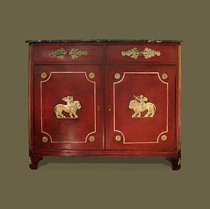 Aparador época Directorio en madera pintada de rojo y aplicaciones Neoclásicas en estuco. Tapa de mármol.