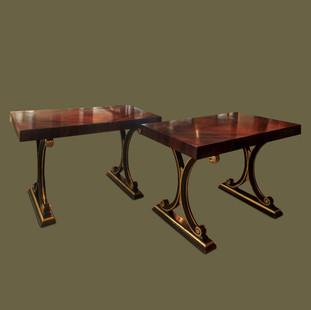 Pareja de consolas de estilo Napoleón III con tapas de madera de palisandro y patas en forma de volutas lacadas en negro y dorado.