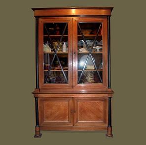 Biblioteca en dos cuerpos con puertas de cristal con crucetas ebonizadas.