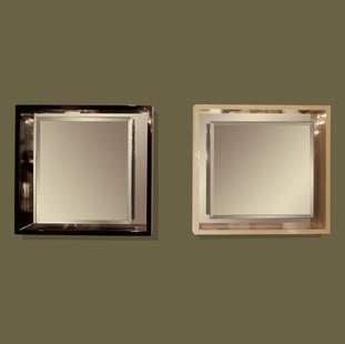 Pareja de espejos biselados con marcos lacados de color marfil y negro.