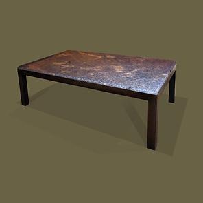 Mesa de café con estructura en hierro y tapa de mármol azul.