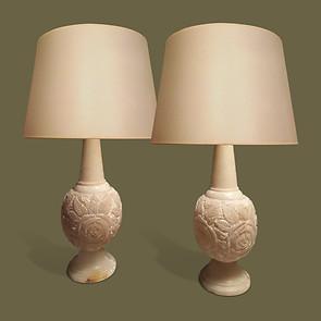 Pareja de lámparas de alabastro con rosas talladas en relieve.