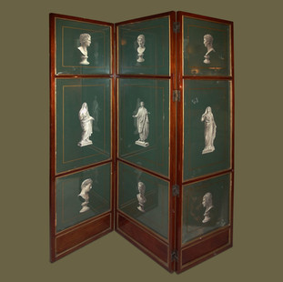 Biombo de tres hojas en madera de caoba y cristales pintados y decorados con recortes de figuras Neoclásicas.
