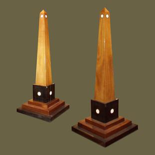 Pareja de grandes obeliscos de estilo Neoclásico de madera de caoba, ébano y hueso.