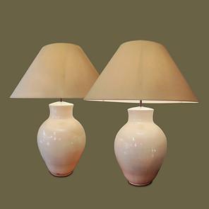 Pareja de grandes lámparas de mesa de cerámica color crudo.