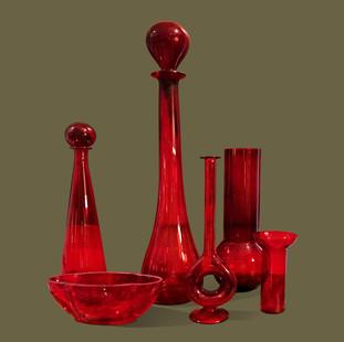 Colección de 6 jarrones de cristal rojo de formas y tamaños distintos.