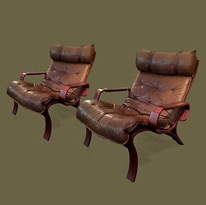 Pareja de butacas de madera moldeada y cuero marrón.  Ingmar Relling,
