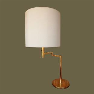 Lámpara de mesa con pie articulado en latón y regulador y pantalla de color crema. Koch & Lowy