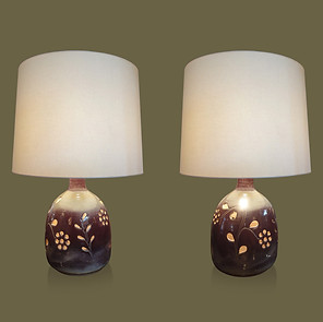 Pareja de grandes lámparas de mesa de cerámica color frambuesa con perforaciones en forma de flores.  Michel Auger.
