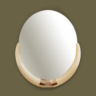 Espejo oval con remates en resina imitando grandes colmillos de elefante. Fontana Arte.