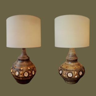 Pareja de lámparas de mesa de cerámica perforada de color marrón  con incrustaciones de color blanco. Georges Pelletier.