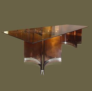Gran mesa de comedor color ahumado con tapa de cristal sobre dos bases en metacrilato y acero. Alessandro Albrizzi.