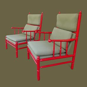 Pareja de grandes butacas de madera lacada color lacre  y asientos tapizados.