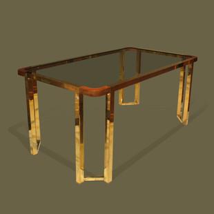 Mesa con estructura en metal dorado, esquinas de madera y tapa de cristal ahumado.