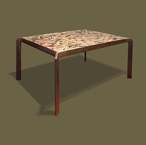 Pequeña mesa en hierro con tapa de piezas de cerámica en forma de hojas
